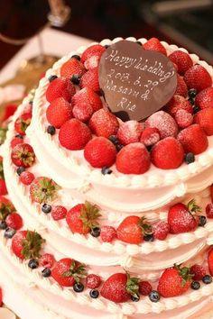 Arden Bliss(アーデンブリス)|結婚式場写真「花嫁の憧れウェディングケーキ!豊富に揃う可愛いデザインの数々!お二人のイラストをもとに世界に一つだけのオリジナルケーキも可能です!」 【みんなのウェディング】 Strawberry Sweets, 15th Wedding Anniversary, Elegant Desserts, Cute Food, Sweet Life, Beautiful Cakes, I Foods, Cake Decorating, Wedding Cakes