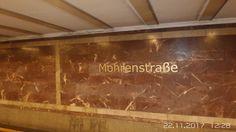 Mitte , U-Bahnhof Mohrenstraße, Verschiedene Quellen behaupteten, dass das Material für die Wandverkleidung aus der zerstörten Neuen Reichskanzlei stamme, dies ist allerdings mittlerweile widerlegt. Das Material wurde im Saalburger Bruch in Thüringen gewonnen.