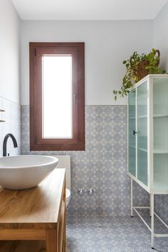 La decoración de una casa rústica moderna Comedor Office, Bathtub, Bathroom, Green Painted Furniture, Tablecloth Curtains, Rustic Furniture, Painted Walls, Bamboo Headboard, Hidden Closet
