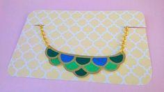 Collier écailles multicolore en plastique dingue : Collier par magalily
