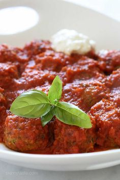These vegetarian Zucchini Meatballs are delicious! Made with grated zucchini, Pecorino Romano, basil, bread crumbs and egg with a pomodoro sauce. Clean Eating, Healthy Eating, Healthy Fit, Vegetarian Recipes, Cooking Recipes, Healthy Recipes, Skinny Recipes, Ww Recipes, Popular Recipes