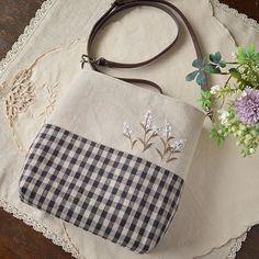 5月があんまり早く過ぎ去ったから6月の実感がまるでないけれど今日から6月。今月もマイペース更新ですがどうぞよろしくお願いしまーす。 Patchwork Bags, Quilted Bag, Handmade Handbags, Handmade Bags, Japanese Bag, Embroidery Bags, Craft Bags, Coin Bag, Linen Bag
