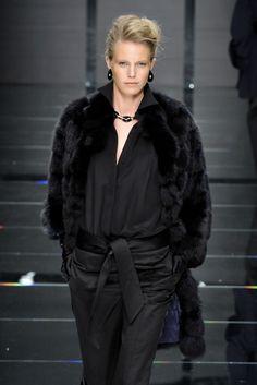 Guarda la sfilata di moda Carlo Tivioli a Milano e scopri la collezione di abiti e accessori per la stagione Collezioni Autunno Inverno 2011/2012 .