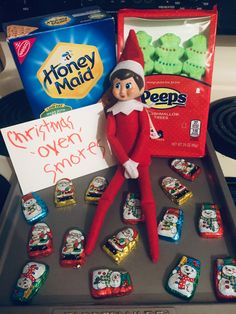 Christmas oven s'mores! Put bottom graham cracker on baking tray. One or two Santa chocolates, the tree marshmallow. Broil until marshmallow looks slightly golden or melted. Take it and smoosh between another graham cracker #elfontheshelf #elfontheshelfideas #elfideas #christmas Christmas 2019, Christmas Love, Christmas Angels, Christmas Holidays, Christmas Treats, Christmas Activities, Christmas Traditions, Shelf Board, Kindness Elves