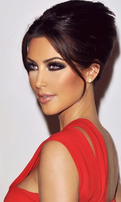 Kardashian style – My hair and beauty Kim Kardashian Makeup Looks, Kim Kardashian Cabelo, Kim Kardashian Wedding, Red Dress Makeup, Hair Makeup, Makeup Looks For Red Dress, Makeup Hairstyle, Hairstyle Ideas, Makeup Trends
