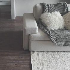 Imagina que gostoso se jogar nesse sofá convidativo. | 14 imagens de lares minimalistas que vão te dar paz de espírito