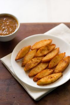 idli fry recipe - crisp idli fry made with left over idlis. can be served with coconut chutney, sambar or tomato sauce.