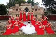 Hermosa novia con sus damas vestidas de rojo.Boda organizada por Six sens en la Hacienda San Diego Tixcacal en Yucatán.