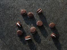Macaron chocolat miniature en fimo 5mm : Pâtes polymères et accessoires par jl-bijoux-creation