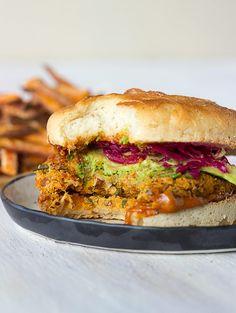 Almond, Karotte & Kichererbsen Veggie Burgers!  Also so lecker, perfekt, wenn Sie nur wollen, um Ihre Zähne in etwas sinken!  #veggieburger #veganburger