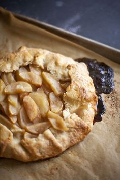 This Apple Galette would be such a beautiful Thanksgiving #dessert! From http://zoebakes.com/2012/10/15/apple-galette-pie-without-a-dish/ Open Apple Pie Recipe, Vegan Apple Tart Recipe, Apple Tart Recipes, Apple Crostata Recipe, Apple Desserts, Apple Tarts, Pie Recipes, Apple Galette, Sweet Recipes