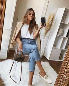 Fashion Dresses Classic beige blazer over simple white top and high waisted denim jeans. Style Outfits, Mode Outfits, Classy Outfits, Casual Outfits, Fashion Outfits, Womens Fashion, Fashion Tips, Casual Jeans, Denim Jeans
