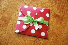 papier geschenk rot weiß getupft grün band