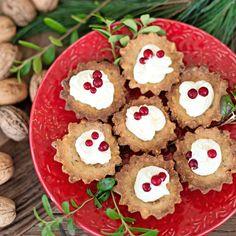 Mandelmusslor med sylt och lättvispad grädde hör till de klassiska favoriterna på julens fikabord.