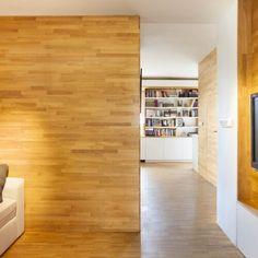 foto: ing. Jaroslav Hejzlar. Předmětem návrhu a realizace je rekonstrukce bytu o velikosti 2+kk pro rodinu se dvěma dětmi. Celková velikost byla zvětšena na 3,5+kk využitím přilehlého prostoru, původně využívaného pro výsypku popela kotelny.  Čistotu dispozice komplikovalo také  velké komínové těleso.  Původním záměrem bylo komín uvnitř bytů odstranit, vzhledem ke komplikovanému technickému řešení však demolice nebyla realizována. Přes dostatečnou podlahovou plochu bylo již ve fázi studie…