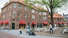 Vanaf Centraal Station ben je er zo: het Van der Pekplein in Noord ligt op zo'n drie minuten fietsen van het pontje bij de Buiksloterweg. Met de renov