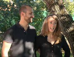 Julie vêtue d'une blouse noire et Julien vêtu d'un polo noir basique.