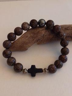 Bracelet homme strech en perles d'obsidienne couleur noisette veinée, 1 perle d'hématite, une petite croix noire en hématite. : Bracelet par creationsannaprague