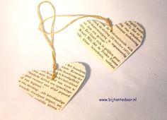 Valentijns hartjes gemaakt van papier. Kan natuurlijk ook als hanger in de kerstboom. zie voor meer leuke ideeën www.bijtantedoor.nl