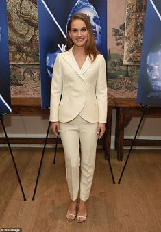 "Natalie Portman in Christian Dior attends a special screening of ""Vox Lux"" in NYC. Nathalie Portman Style, Estilo Natalie Portman, Sarah Harris, Professional Wardrobe, Workwear Fashion, Hollywood, Sofia Coppola, Dior Couture, Petite Fashion"