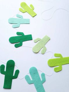 This happy little cactus garland will cheer up any space in your home or fiesta! Made from wool blend felt in shades of green. Each cactus measures about 3 inches tall. 12 cactus on a 4 foot garland. Decoration Cactus, Cactus Craft, Cactus Diys, Cactus Cactus, Fun Crafts, Diy And Crafts, Arts And Crafts, Paper Crafts, Felt Garland