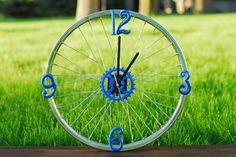 Cycling Dads will spin out over this DIY bike wheel clock Diy Father's Day Gifts, Father's Day Diy, Fathers Day Gifts, Great Gifts, Bicycle Rims, Bicycle Wheel, Bike Wheels, Bicycle Clock, Diy Home Accessories