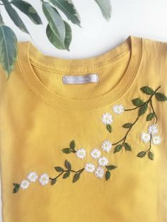 Wonderful Cost-Free Embroidery Designs on shirts Suggestions Franela con flores. Hand Embroidery Dress, Hand Embroidery Videos, Embroidery On Clothes, Embroidery Flowers Pattern, Simple Embroidery, Embroidered Clothes, Hand Embroidery Stitches, Embroidery Fashion, Hand Embroidery Designs