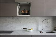 Cuisine grise et blanche, effet marbre, dans une maison à Bordeaux au Bouscat, entièrement rénovée par l'architecte d'intérieur Daphné Serrado