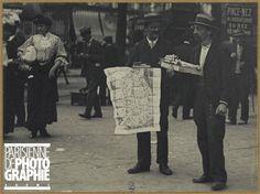 Louis Vert (1865-1924). Marchand de plans de Paris conversant avec un marchand de papier d'Arménie, 1900-1906. Paris, musée Carnavalet.