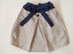 スカート?ではなく、「ポンチョ!!」です。紺色のボーダーと襟口のリボンやボタンがガーリーな印象。ぽったりとした肌触りの良い素材です。リボンを絞っていない状態が...|ハンドメイド、手作り、手仕事品の通販・販売・購入ならCreema。
