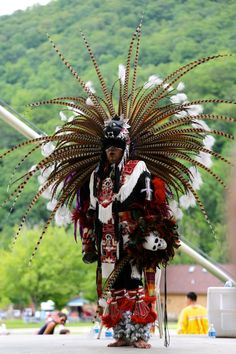 Cherokee (no no, oh pinner, this would be an Azteca dancer! Not a Cherokee. Not all natives are Cherokee! Native American Cherokee, Native American Images, Native American Beauty, Native American Tribes, American Indian Art, Native American History, Cherokee Nation, Cherokee Indians, American Life
