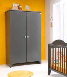 Indispensable et spacieuse, l'armoire 2 portes Carline Gris vous permettra de ranger les affaires de bébé avec plaisir.