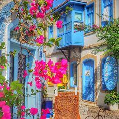 A beleza do colorido azul do mar e das casas em Alaçati, na Turquia!