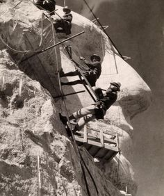 Picture Archive: Making Mount Rushmore, High Wires Photograph from Rise Studio/National Geographic Mont Rushmore, Presidents Day Weekend, Old Time Photos, Memorial Park, Us History, National Geographic Photos, Vintage Photography, White Photography, Photojournalism