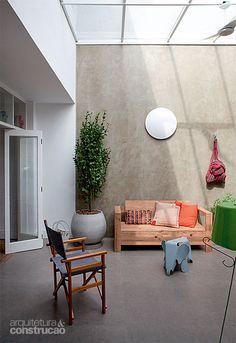 Barba, cabelo e reforma: confira como ficou a casa de Décio Navarro - Casa Fora, o visual do cimento aparece na massa acrílica (Suvinil) da parede e no piso de porcelanato de 84 x 84 cm (Elizabeth). Projeto de Décio Navarro.