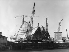 Photos of the most iconic landmarks looked like while they were still under construction. famous structures Eiffel Tower, Sydney Opera House, London's Tower Bridge, Famous Monuments, Famous Landmarks, Black And White Building, Famous Structures, Jorn Utzon, Sydney City, Classic Building, Building Structure, Historical Architecture
