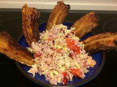 Jeg synes det er svært at få grøntsager nok, mest fordi det er så store portioner. Denne gang har jeg gjort grøntsager klar, så jeg kan nøjes med at mixe den på dagen.  En portion hvidkåls ris 1 snittet spidskål 1 rødt peber i tern 1 granat æble Bladselleri i tern.  På dagen har jeg ristet sesam og chia frø til toppe salaten med og lavet dressing af .:  Sesam olie saft af lime, salt og peber, revet ingefær.  Velbekomme