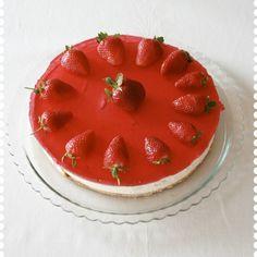 Ostekake med jordbær. http://tessasdesign.blogspot.no/2009/05/noe-feire.html