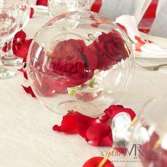 Centre de table : 2 roses rouges prisonnières d'une boule en verre