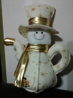 Cafetera decorativa para navidad. Snowman Crafts, Christmas Crafts, Christmas Decorations, Christmas Ornaments, Holiday Decor, Bird House Feeder, Free To Use Images, Bird Houses, Decorative Bells