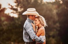 Unforgettable wedding photography snap-shots - pick up creative brilliance out of the photo display. Western Engagement Photos, Engagement Photo Poses, Engagement Couple, Engagement Photography, Engagement Shoots, Wedding Engagement, Country Couple Pictures, Country Couples, Cute Couple Pictures