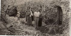 Familia ante su cueva en 1963 Granada, Light And Shadow, Lights, Painting, Vintage Postcards, Antique Photos, Pig Farming, Stone Houses, Cave