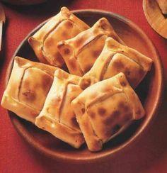 Empanadas de Horno junto a Ventisquero Queulat Cabernet Sauvignon Real Food Recipes, Great Recipes, Snack Recipes, Yummy Food, Yummy Yummy, Tasty, Spanish Dishes, Spanish Food, Chilean Recipes