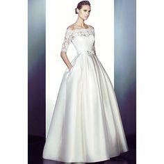Vestido maravilhoso #pronovias disponível no site! Modelo #prairie com saia em zebeline encorpado, corpete em #renda francesa, laço 🎀 nas costas e cinto em strass ✨ ! Lindo demais! Corre pra não perder! #temnothebridalshop #vestidodenoiva #noivapronovias #noiva #casamento #bride #vestidopronovias