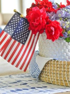 SIMPLE PATRIOTIC CENTERPIECE Memorial Day Decorations, 4th Of July Decorations, Blue Dishes, White Dishes, Sweet Night, Decorating Tips, Summer Decorating, Holiday Decorating, Patriotic Party