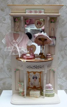 Gorgeous Scale Miniature Table With Lady's Hat Miniature Rooms, Miniature Furniture, Dollhouse Furniture, Mirrored Vanity Table, Mirror Vanity, Dolls House Shop, Doll Houses, Fairy Houses, Diy Dollhouse