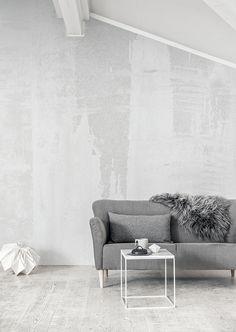 Valkoisen huoneen katseenvangitsijaksi kannattaa valita jotakin huomiota herättävää. Suuret kuviot, kiiltävän ja mattapintaisen rinnastukset sekä kohokuvioidut kuosit ovat tehokkaita, kun yksityiskohtia kaivataan lisää mutta väri halutaan pitää valkoisena.www.k-rauta.fi