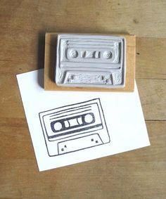 Eine niedliche kleine Kassette Band Stempel Hand geschnitzt aus Gummi. Der Stempel ist auf ein Stück geschliffen geborgen Holz montiert. Es kommt in