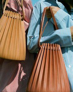 Pleated Bucket bag - Mansur Gavriel Source by JF_Das_Atelier bag Leather Purses, Leather Bag, Mansur Gavriel Bucket Bag, Gavriel Mansur, Sacs Design, Design Design, Small Leather Goods, Pouch Bag, Leather Accessories