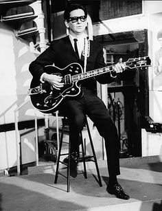 Roy Orbison's Texan roots offer a glimpse into his rockabilly music, but its his personal style of jet-black hair and ubiquitous black sunglasses that made his octave-changing vocals all the more fascinating. 60s Music, Music Icon, Music Love, Music Is Life, Good Music, Rock And Roll, Rock N Roll Music, Rockabilly Music, Indie